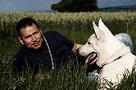 """Die Blechtrommel Michael Lang mit weißem Schäferhund """"Ice"""""""
